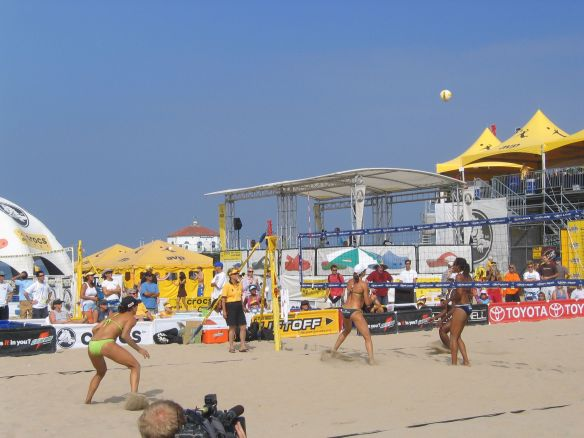 A women's match during the 2006 Manhattan Beach Open.